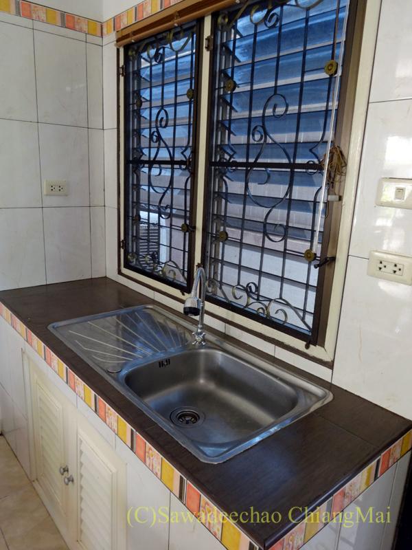 チェンマイ郊外にあるコンパクトな一戸建て貸家のキッチン