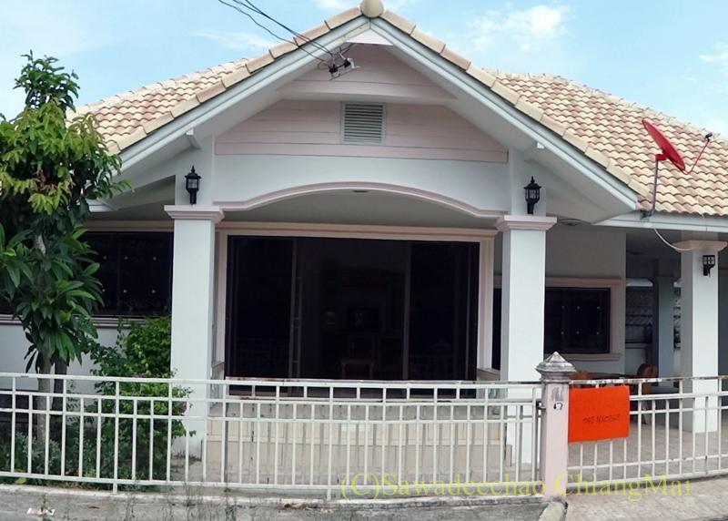チェンマイ郊外にあるコンパクトな一戸建て貸家