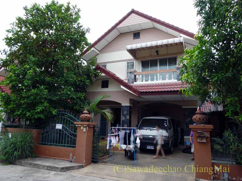 チェンマイ郊外にある高級分譲住宅街にある2階建ての貸家外観