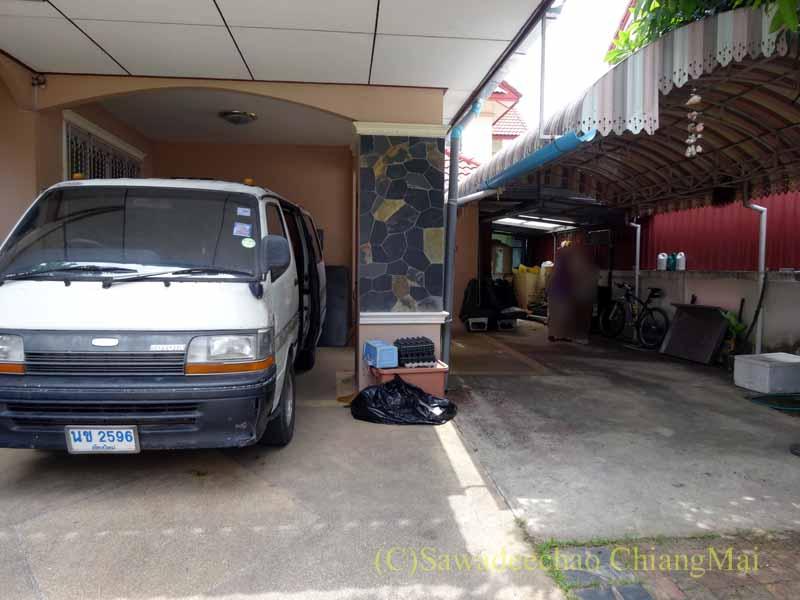 チェンマイ郊外にある高級分譲住宅街にある2階建ての貸家の駐車場