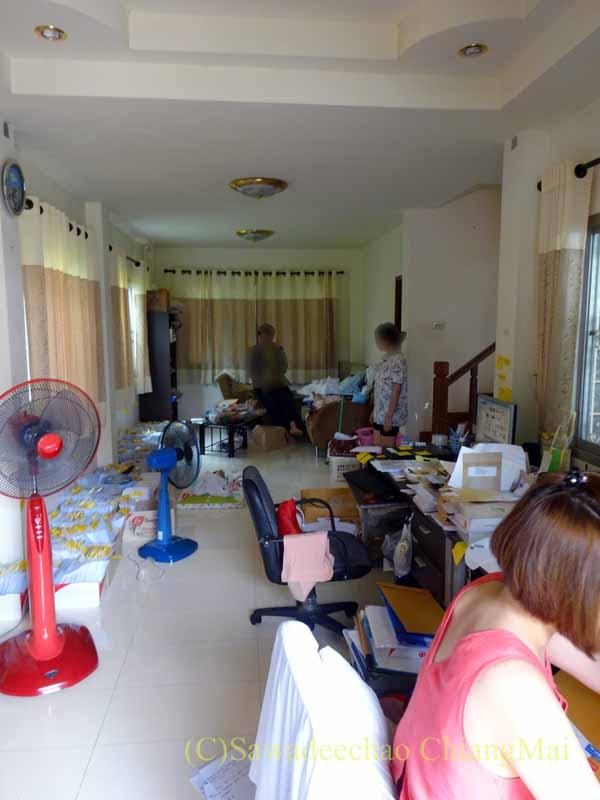 チェンマイ郊外にある高級分譲住宅街にある2階建ての貸家のリビングルーム