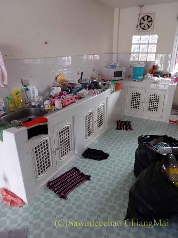 チェンマイ郊外にある高級分譲住宅街にある2階建ての貸家のキッチン