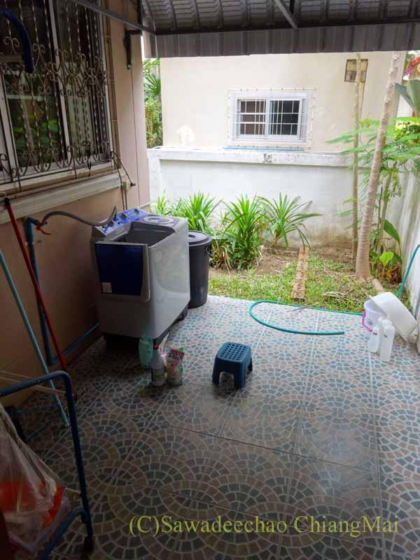 チェンマイ郊外にある高級分譲住宅街にある2階建ての貸家の洗濯機置き場
