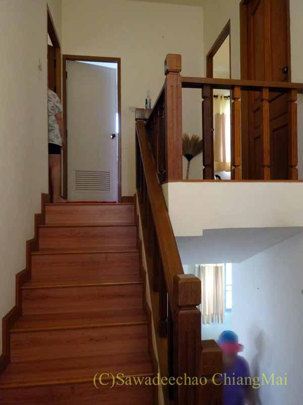チェンマイ郊外にある高級分譲住宅街にある2階建ての貸家の階段