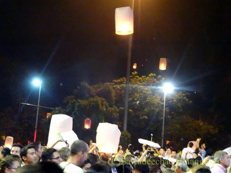 チェンマイ市内中心部でのイーペン(ローイクラトン=灯篭流し)祭り