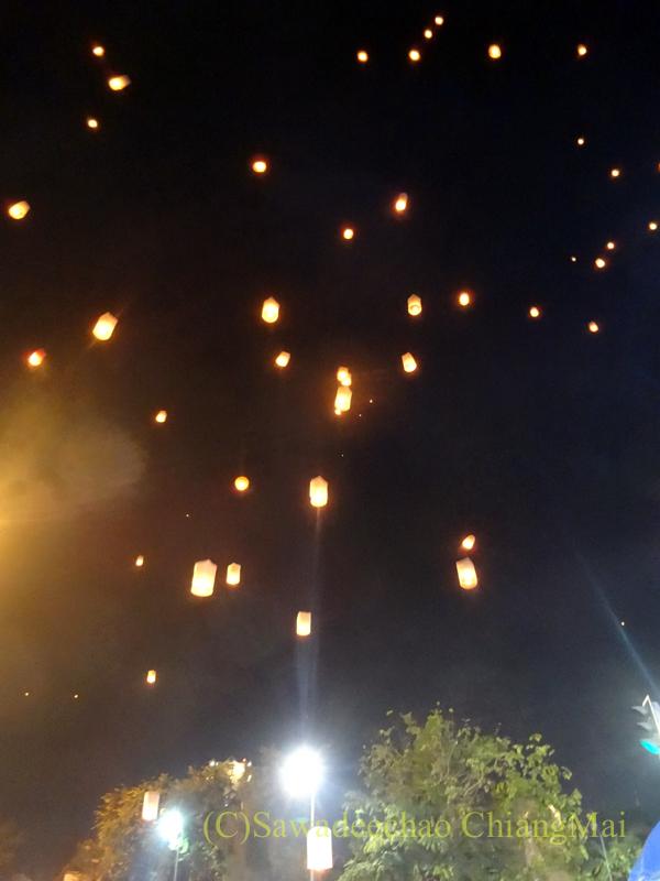 チェンマイ市内中心部のイーペン(ローイクラトン=灯篭流し)の空に浮かぶ熱気球