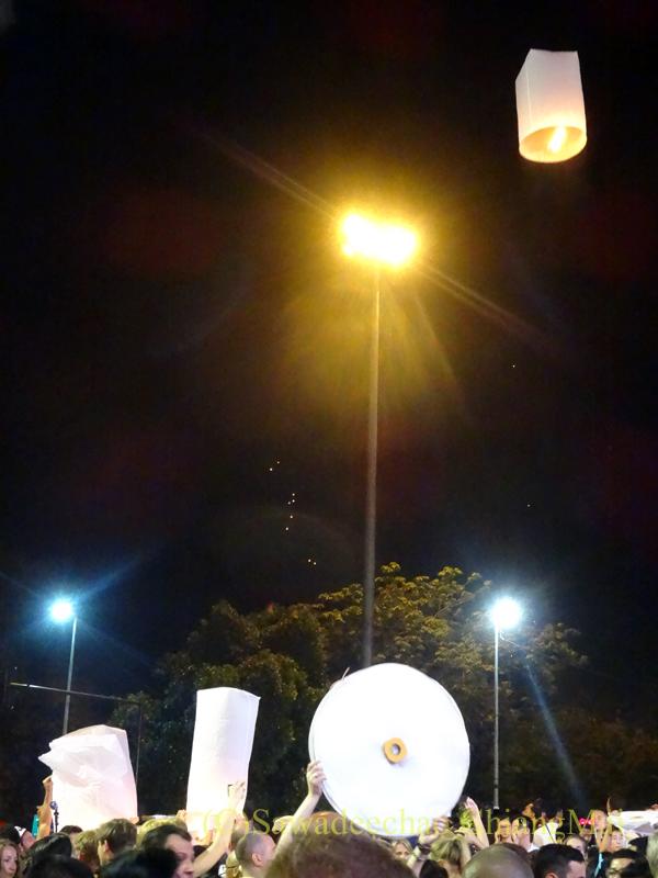 チェンマイ市内中心部のイーペン(ローイクラトン=灯篭流し)の熱気球揚げ