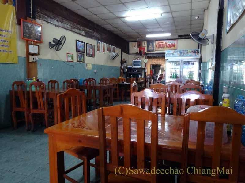 タイのスコータイにある名物麺料理クイッティアオ・スコータイの店の客席