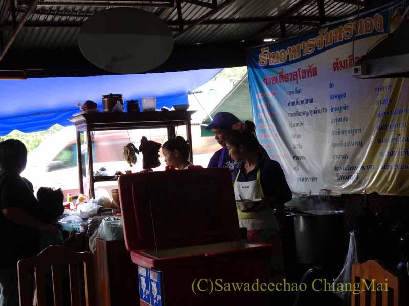 タイのスコータイにある名物麺料理クイッティアオ・スコータイの店のキッチン