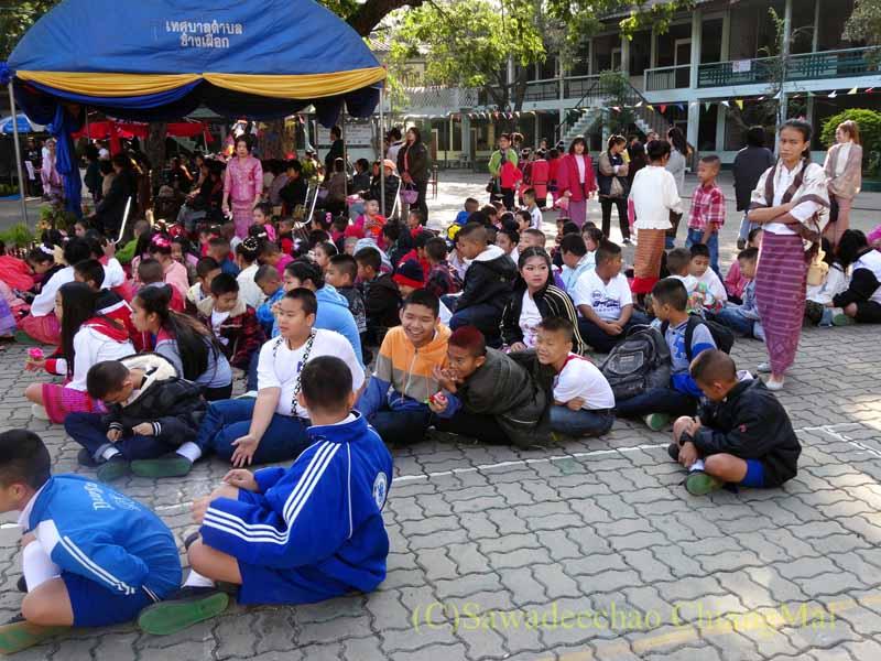 チェンマイ市内の学校で行われた学芸会で順番待ちする生徒たち