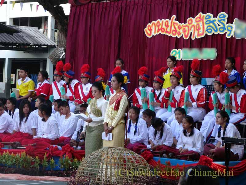 チェンマイ市内の学校で行われた学芸会での先生と生徒の記念撮影
