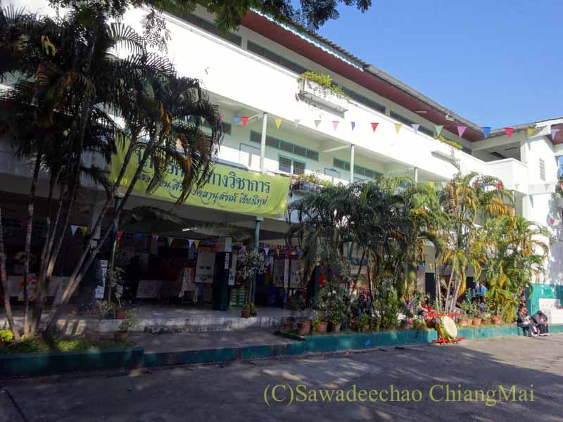 チェンマイ市内の学校で行われた学芸会の校舎