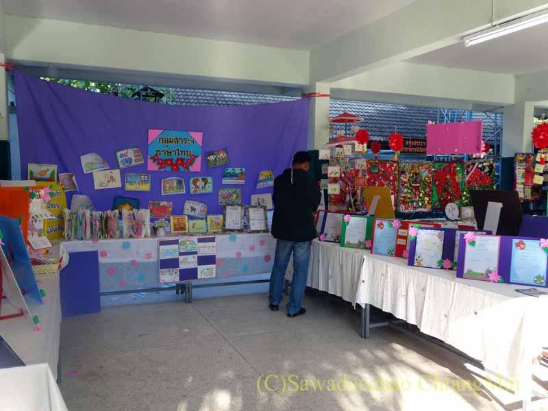 チェンマイ市内の学校で行われた学芸会の作品展示