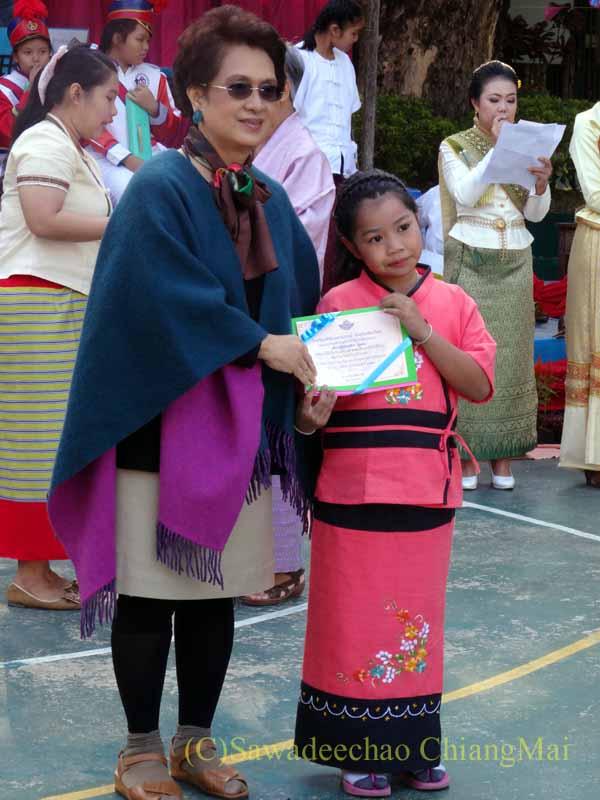 チェンマイ市内の学校で行われた学芸会での表彰式