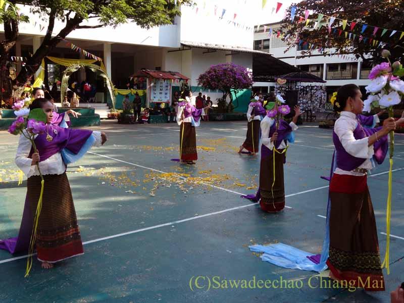 チェンマイ市内の学校で行われた学芸会での民族舞踊