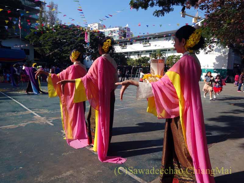 チェンマイ市内の学校で行われた学芸会での中国舞踊