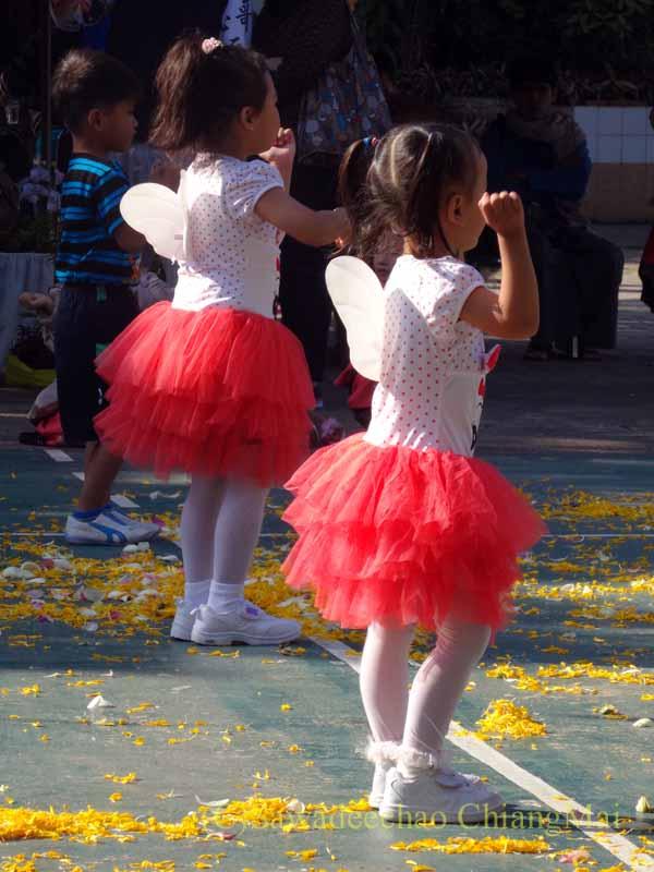 チェンマイ市内の学校で行われた学芸会での幼稚園児のダンス