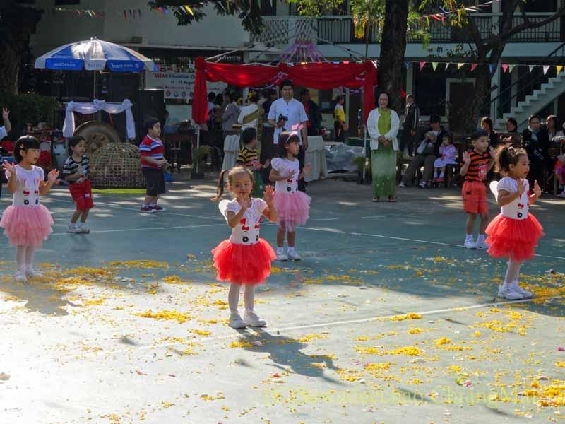 チェンマイ市内の学校で行われた学芸会での幼児のダンス
