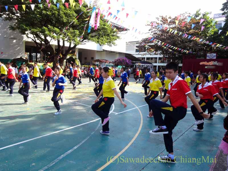 チェンマイ市内の学校で行われた学芸会での生徒のエアロビクス