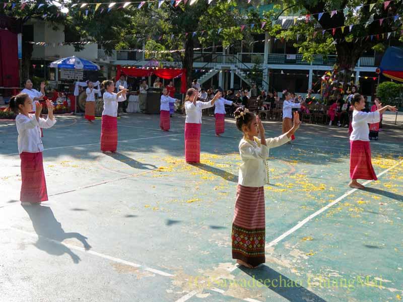 チェンマイ市内の学校で行われた学芸会での生徒の記念タイ舞踊