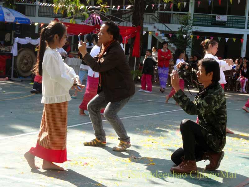 チェンマイ市内の学校で行われた学芸会での生徒を撮影する親