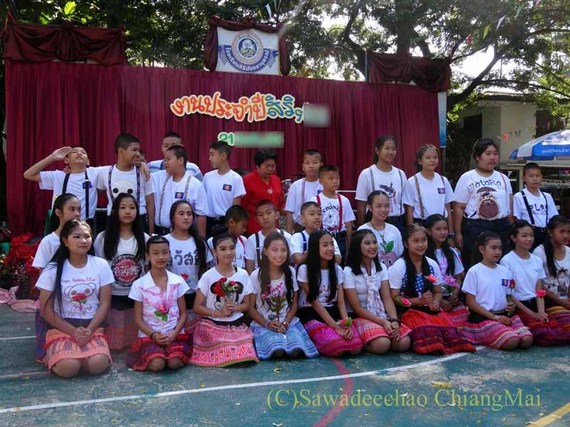 チェンマイ市内の学校で行われた学芸会での生徒の記念撮影