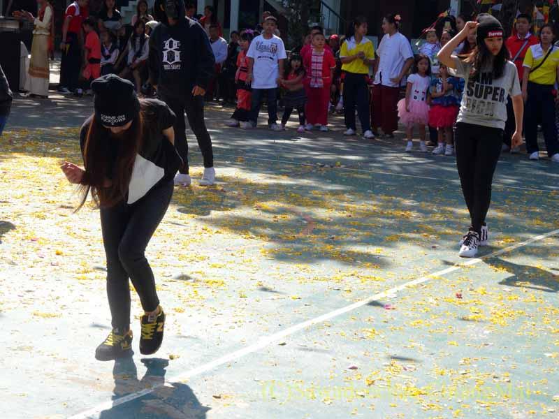 チェンマイ市内の学校で行われた学芸会での高校生のヒップポップ