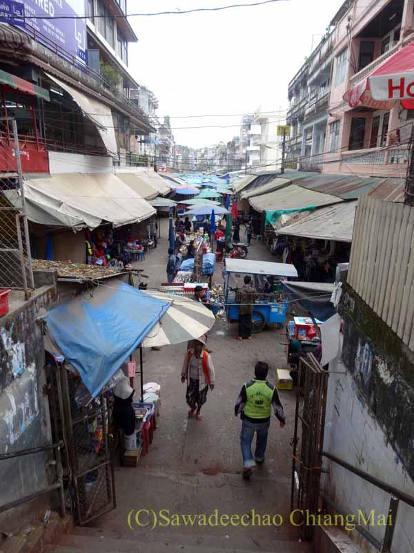 タイのメーサーイと国境を接するミャンマーの街タチレクの商店街