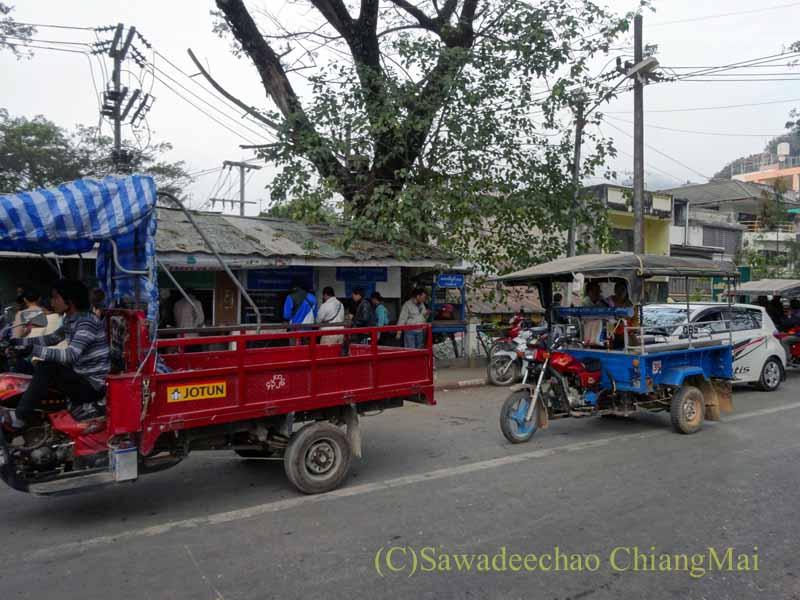 タイのメーサーイと国境を接するミャンマーの街タチレクの乗り合いタクシーの列