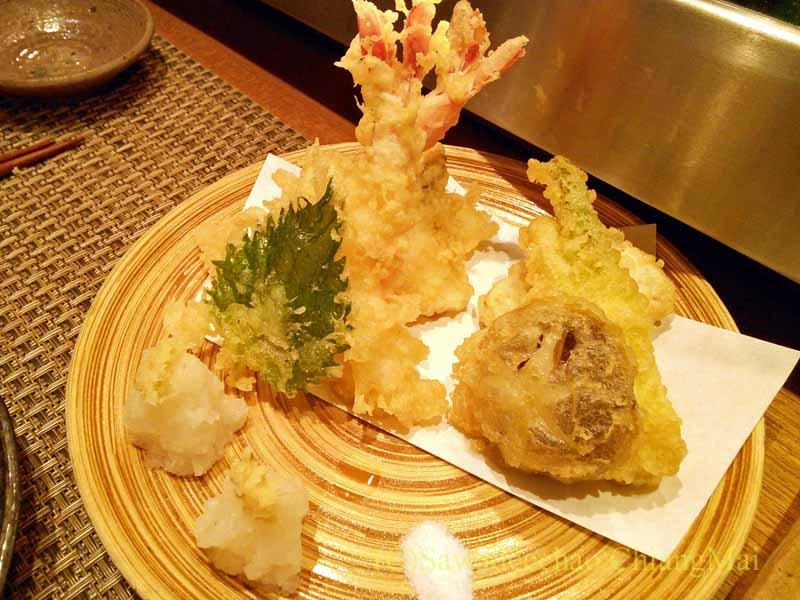 バンコクのエカマイにある高級日本料理レストラン、葉隠の天麩羅盛り合わせ