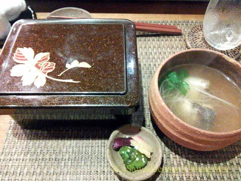 バンコクのエカマイにある高級日本料理レストラン、葉隠の親子丼と鯛潮汁