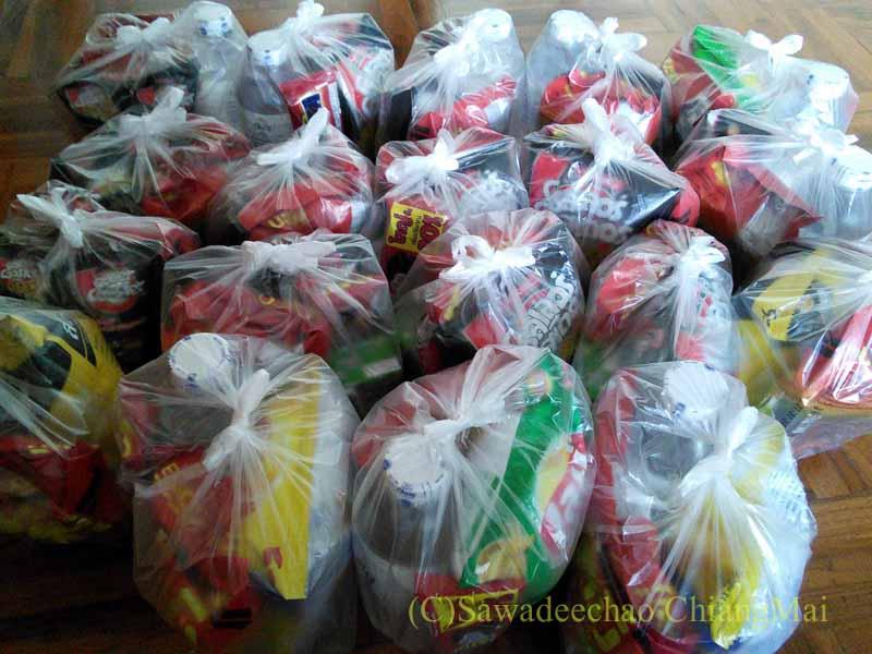 チェンマイの元旦の特別タムブンで供養する食べ物の袋