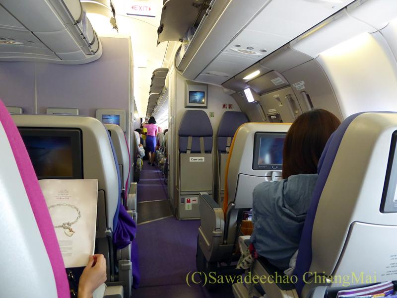 タイ国際航空TG105便のエアバスA330-300型機のエコノミークラスのキャビン