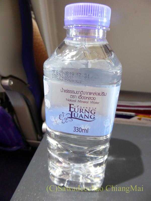 タイ国際航空TG105便のエコノミークラスで出た機内食の飲料水