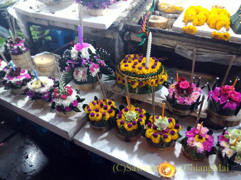 チェンマイ市内中心部のイーペン(ローイクラトン=灯篭流し)の灯篭売り