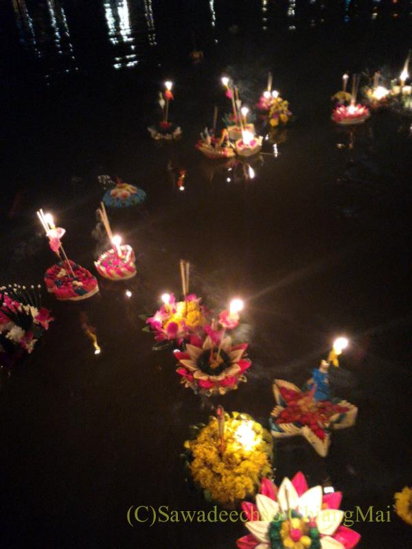 チェンマイ市内中心部のイーペン(ローイクラトン=灯篭流し)の灯篭流し