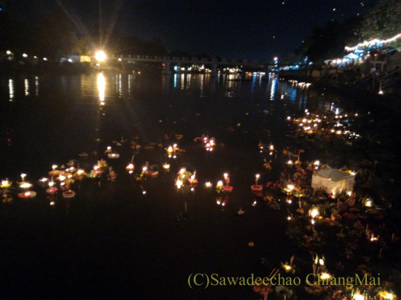 チェンマイ市内中心部のイーペン(ローイクラトン=灯篭流し)のピン川