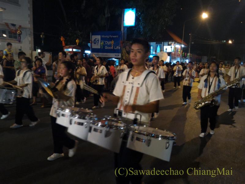 チェンマイ市内中心部のイーペン(ローイクラトン=灯篭流し)のパレードの楽隊