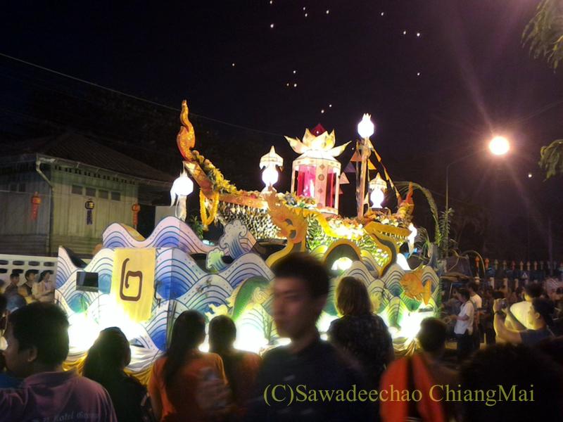 チェンマイ市内中心部のイーペン(ローイクラトン=灯篭流し)の山車