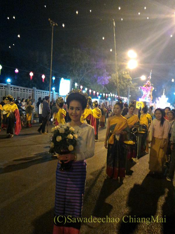 チェンマイ市内中心部のイーペン(ローイクラトン=灯篭流し)のパレードの美女