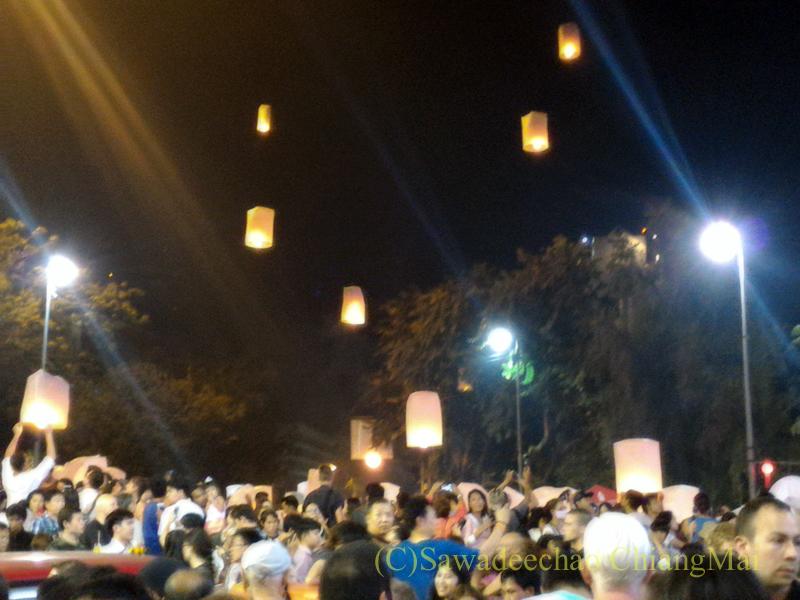 チェンマイ市内中心部のイーペン(ローイクラトン=灯篭流し)の熱気球