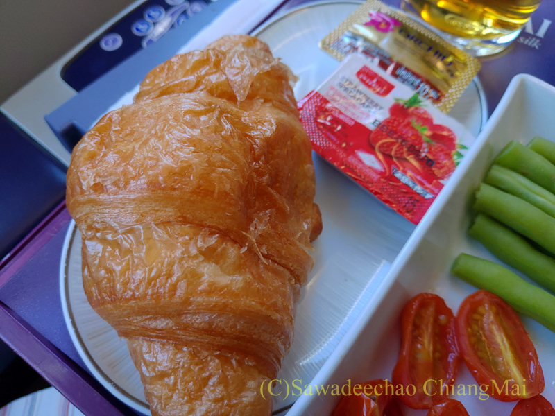タイ国際航空TG104便のビジネスクラスで出た機内食のクロワッサン