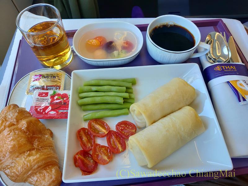 タイ国際航空TG104便のビジネスクラスで出た機内食全景