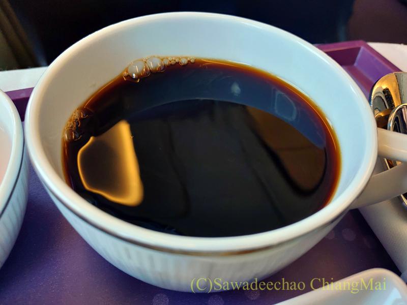 タイ国際航空TG104便のビジネスクラスで出た機内食のコーヒー
