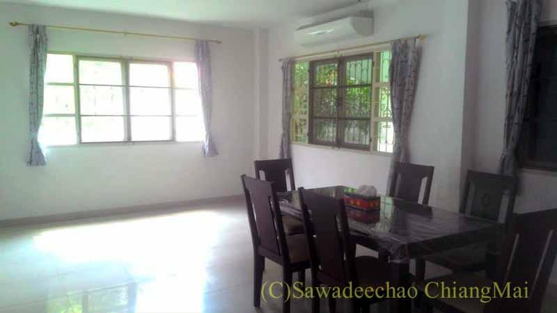 チェンマイ南部郊外の分譲住宅街の中にある一戸建て貸家のリビングルーム