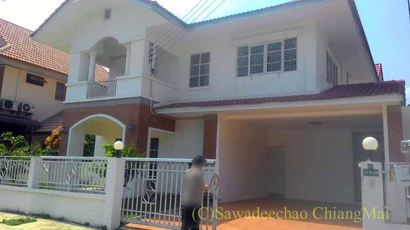 チェンマイ南部郊外の分譲住宅街の中にある一戸建て貸家の外観