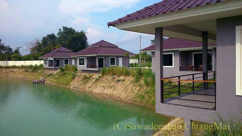 チェンマイ北西部郊外にあるリゾート風一戸建て貸家と池
