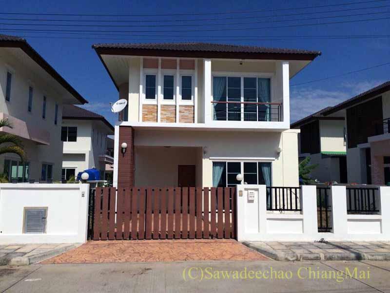 チェンマイ市内北東部にある新築の高級一戸建て貸家の外観