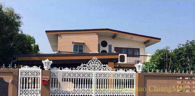 チェンマイ市内やや東部にある少し古いが大きな一戸建て貸家