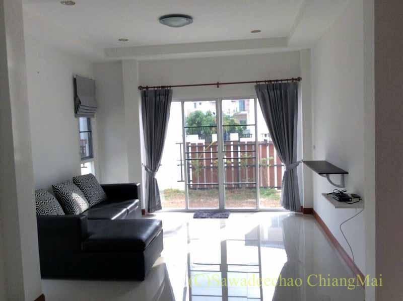 チェンマイ市内北東部にある新築の高級一戸建て貸家のリビングルーム